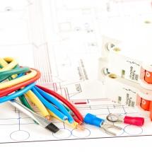 PANELE CZOŁOWE / OBRÓBKA SKRAWANIEM / TABLICZKI ZNAMIONOWE / SZAFY STEROWNICZE / WIĄZKI KABLOWE / WYDRUKI 3D / CIĘCIE I GRAWEROWANIE LASEROWE